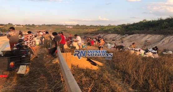 Carreta transportando milho tomba na BR 319 e carga é saqueada pela população