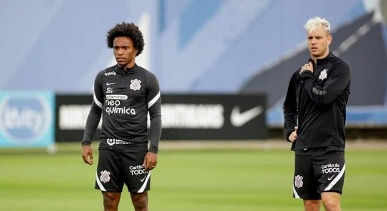 Willian participa de treino do Corinthians e pode estrear domingo