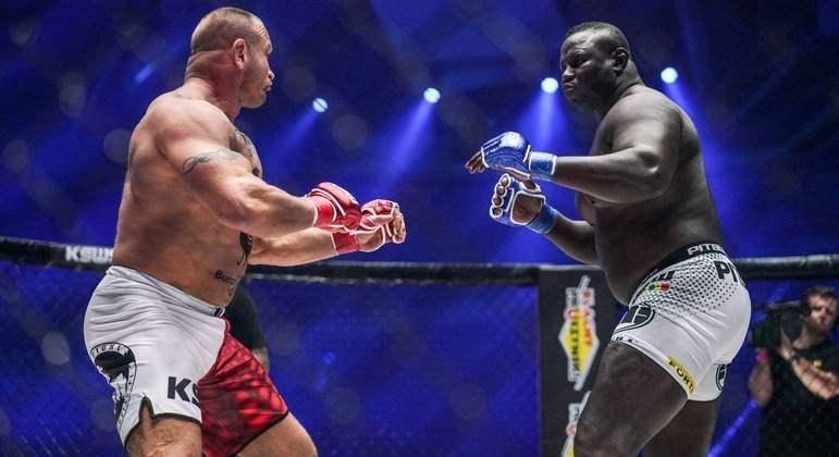 Homem mais forte do mundo nocauteia rival em luta de 18 segundos; veja o vídeo